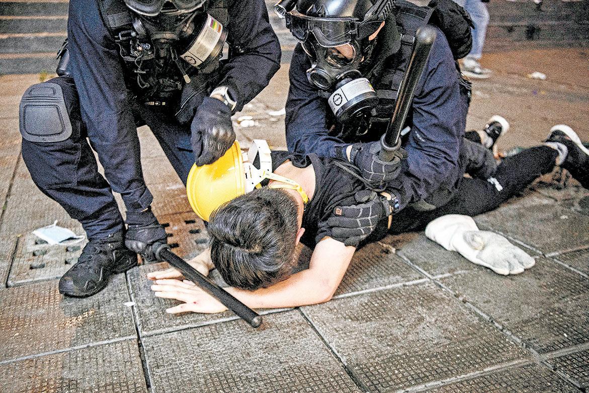 8月11日,香港以突擊方式暴力逮捕示威者。(Getty Images、中央社)