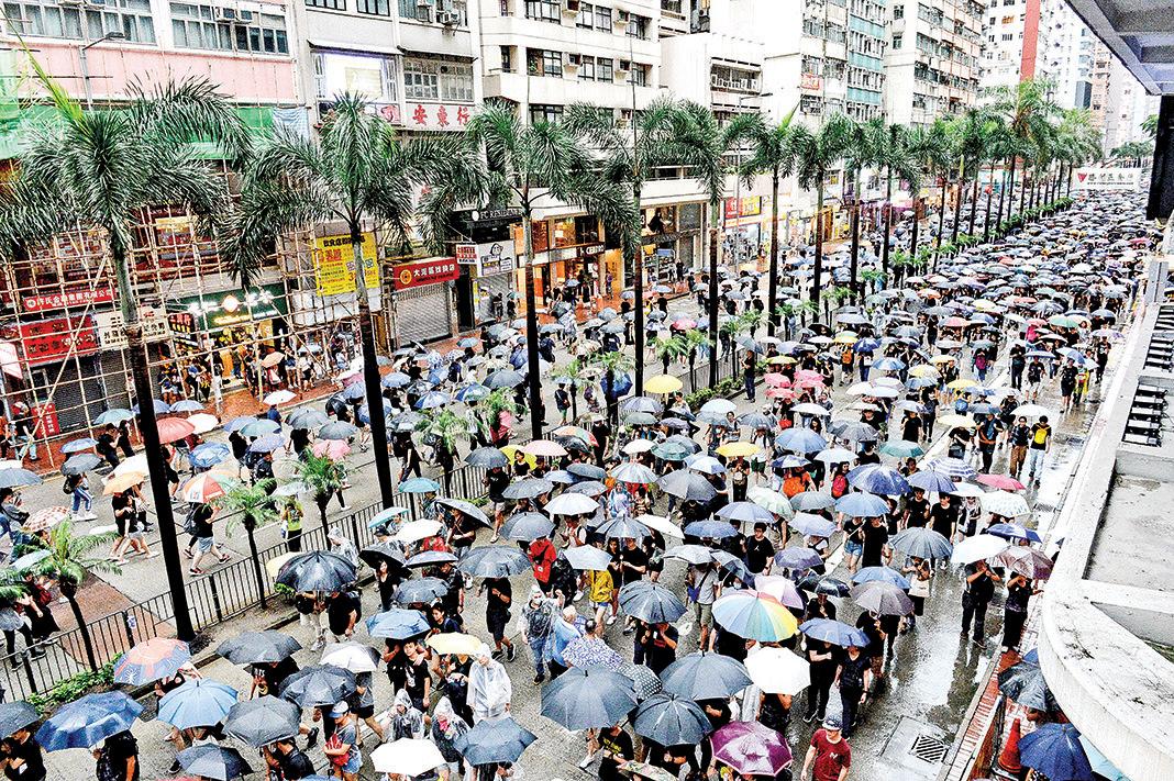 8月18日下午,170多萬港人參加「流水式集會」,雨中遊行到灣仔。(宋碧龍/大紀元)