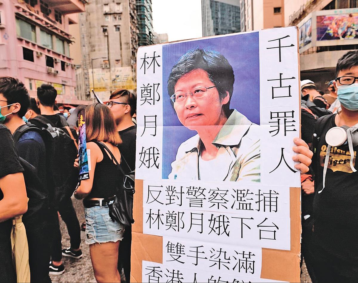 香港時事評論員劉銳紹認為,林鄭月娥在「反送中」運動的角色「罪無可恕」。圖為2019年8月3日,「反送中」遊行中,市民自製展板,批評林鄭月娥是千古罪人。(宋碧龍/大紀元)