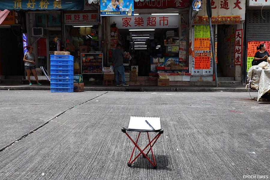 一張輕便的折櫈,一支畫筆,一個速寫本,便是城市速寫畫家彭啤的標準裝備。(陳仲明/大紀元)