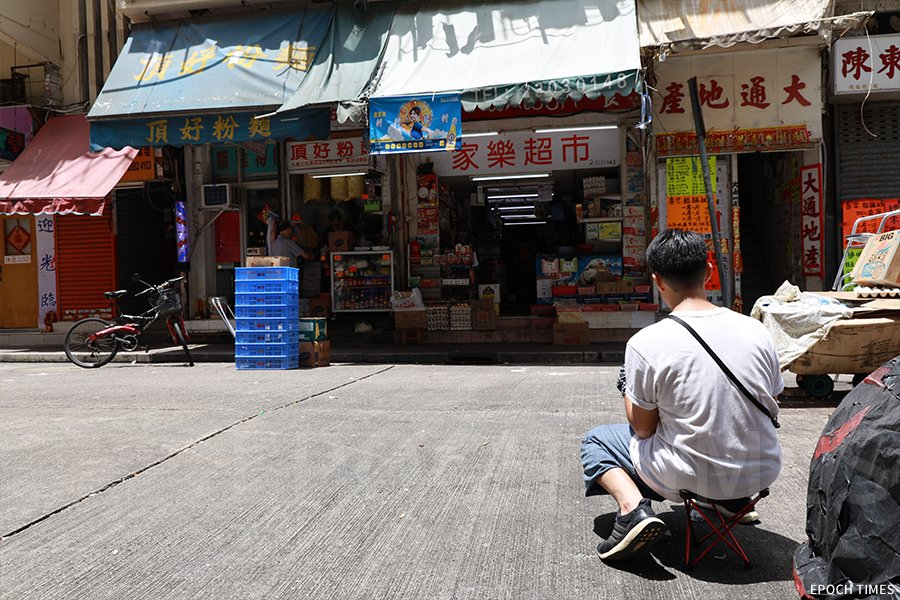 彭啤在土瓜灣鴻福街的一間士多速寫。(陳仲明/大紀元)