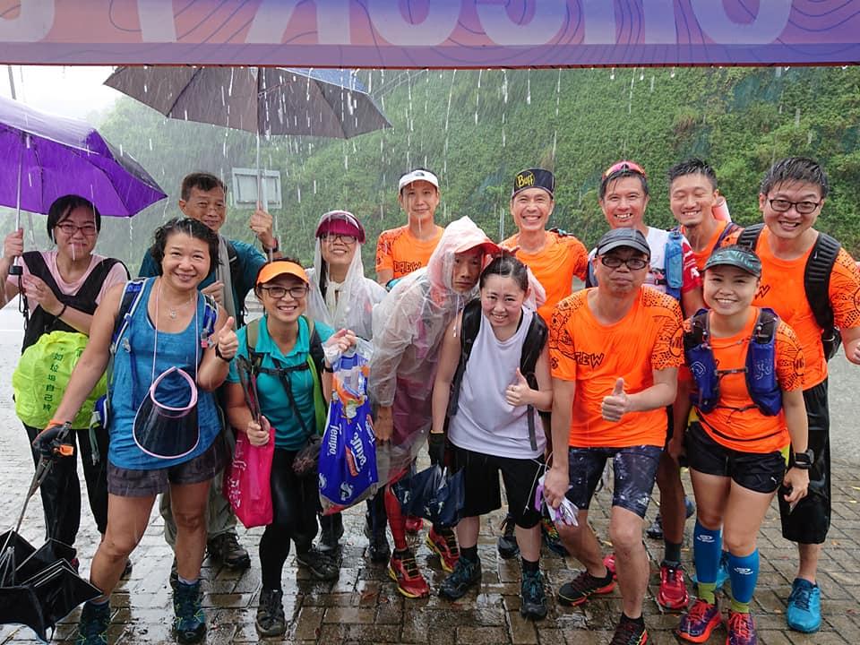 接近午時下起了大雨,但「清徑先鋒」的15名義工們依然在雨中幫助「掃尾」清潔,將拾得30公斤的垃圾帶回。(受訪者提供)