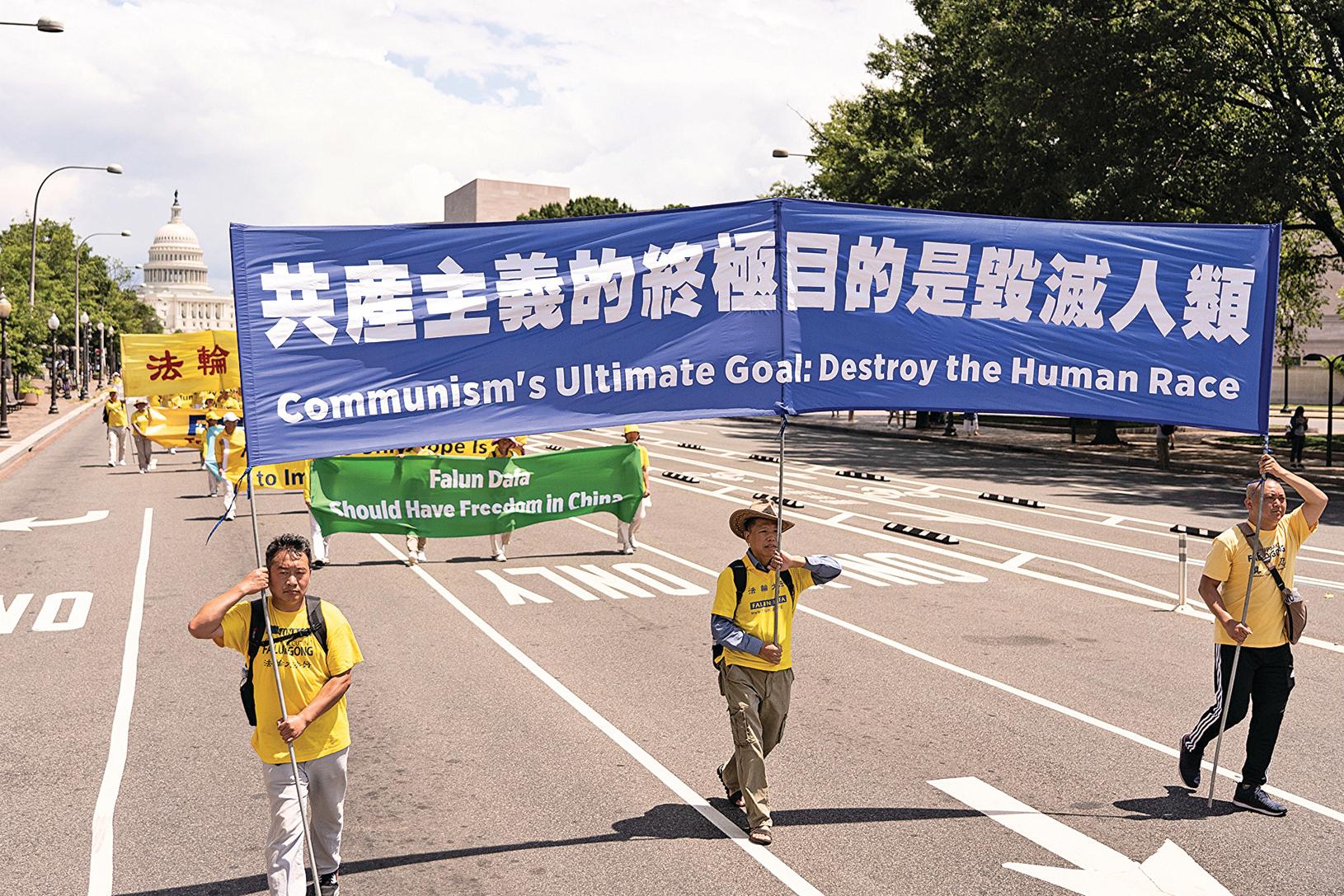 2019年7月18日,近2,000名法輪功學員在華盛頓DC舉行法輪功反迫害20周年大遊行。圖為法輪功學員以橫幅揭示「共產主義的終極目的是毀滅人類」。(戴兵/大紀元)
