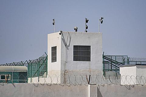 新疆和田一處「再教育營」的哨塔。(Getty Images)