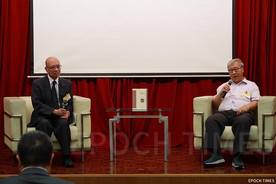 日本民俗專家田仲一成教授與香港歷史文化研究中心主任蕭國健教授對談。(陳仲明/大紀元)