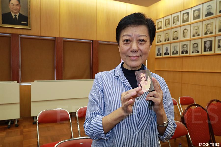 曾任新天藝潮劇團演員的方麗紅女士,感激田仲教授紀錄下當年自己在西貢天后誕出演潮劇《斬皇袍》。(陳仲明/大紀元)