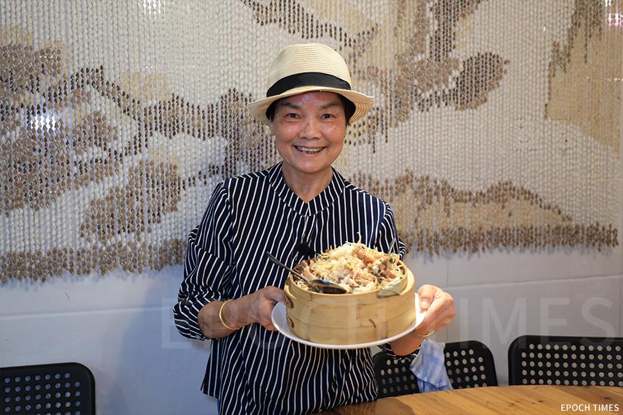 橫水渡小廚代言人Diana介紹籠仔飯的特色。(陳仲明/大紀元)