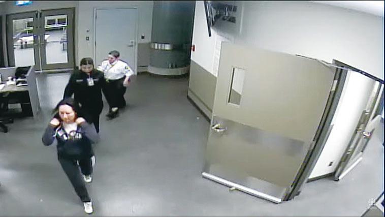 孟晚舟(左)在溫哥華國際機場被捕當天的影像。(法庭公佈影片截圖)