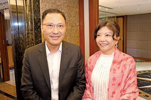 蔣氏家族成員蔣志堅(左)女的是蔣麗苓(右)。(黃曉翔/大紀元)