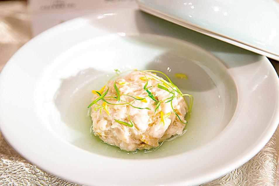 主廚選用黃魚製作「黃魚獅子頭」,手工捏製獅子頭。