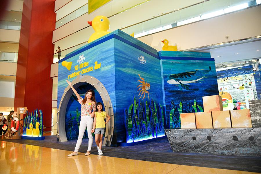 在太古城中心的主題裝置中,家長們可以與孩子一起置身大型繪本中,與主角一同在繁星點點的閃亮夜空下走過。(主辦機構提供)