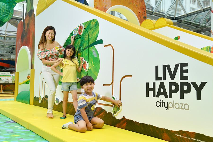 在太古城中心可以找到四米長的充氣毛毛蟲裝置,孩子們可以穿過一個個水果,溜過巨型滑梯,體驗從繪本到現實的樂趣。(主辦機構提供)