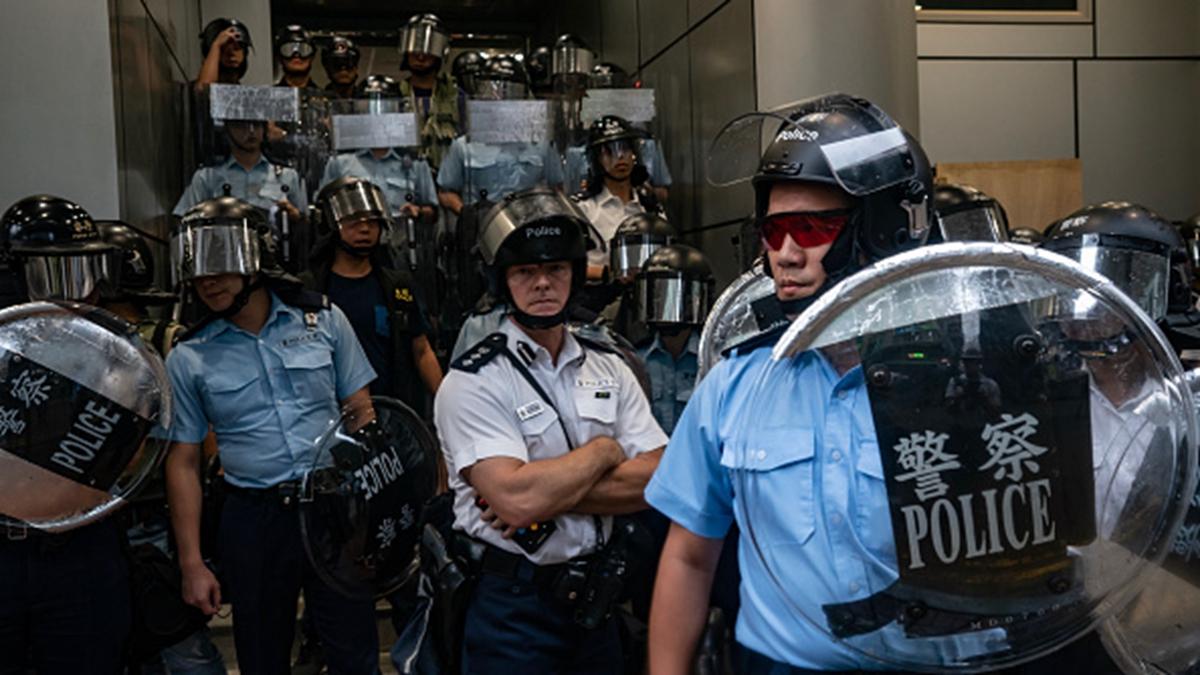 有專家指出,所謂暴力、暴徒、暴亂這類帽子,只能屬於香港警方、黑社會(當局買通的)、和共產黨。(Anthony Kwan/Getty Images)