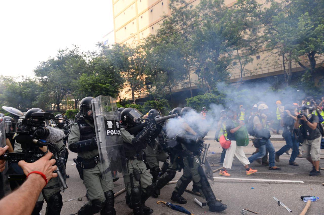 2019年8月24日,防暴警察在牛頭角警署外釋放催淚彈,驅趕示威者。(宋碧龍/大紀元)