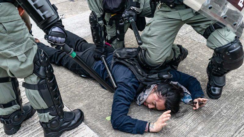 港警觀塘再施暴射傷示威者左眼 被記者逼退