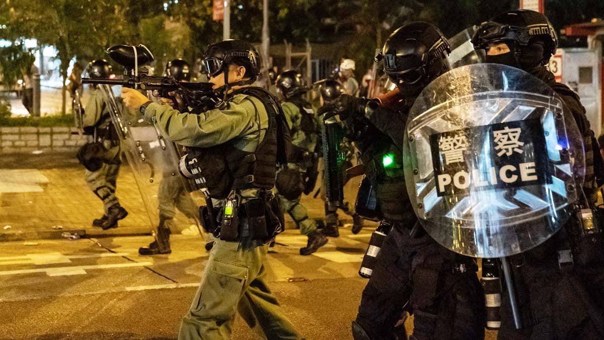 8月24日晚,港警正在向示威者開槍。(Anthony Kwan/Getty Images)