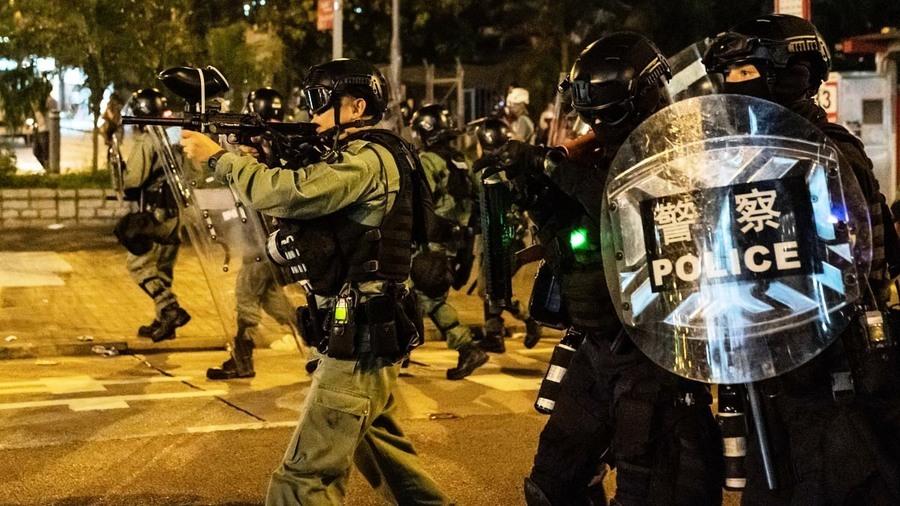 港警狙擊手街角偷襲示威者 可疑藍衣人偷擲燃燒彈