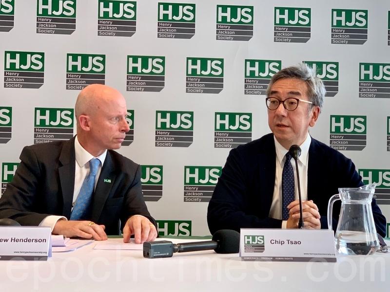 陶傑(右)指林鄭月娥非常愚蠢地把香港扔向一個混亂的局勢之中,讓香港淪為中共的政治及經濟籌碼。(唐詩韻/大紀元)