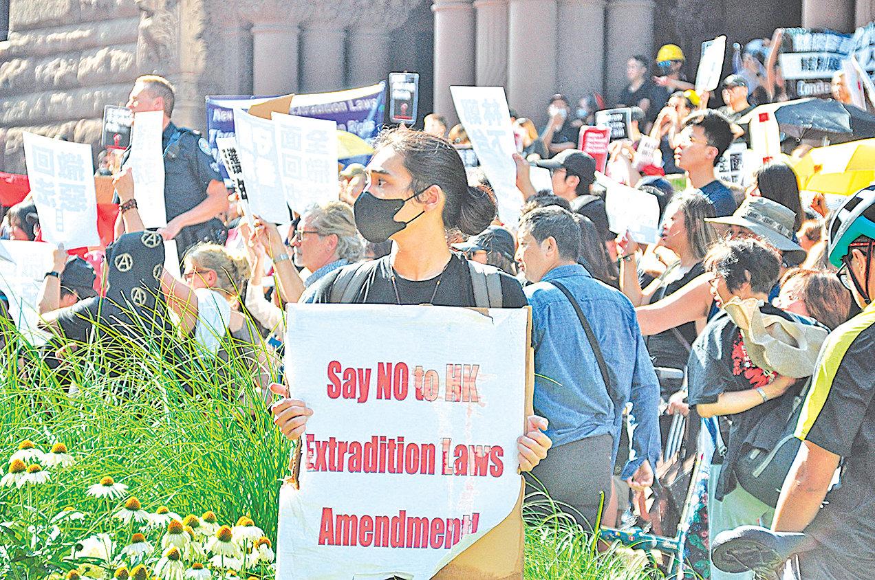 8月17日,民眾在多倫多舊市政廳大樓前集合,準備參加「8‧17全球撐港遊行多倫多站」的遊行。(周行/大紀元)