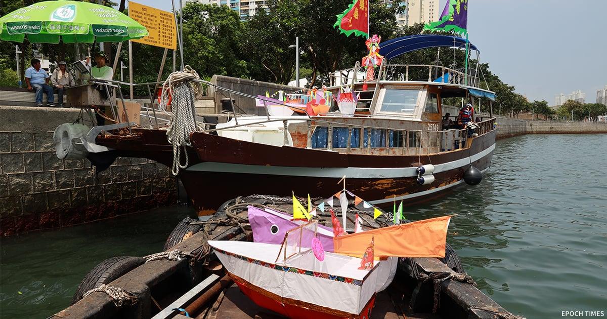 每逢黃曆七月十四日,香港仔樂善堂按照傳統舉辦水上盂蘭勝會。(陳仲明/大紀元)