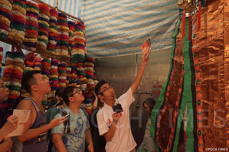 文化研究者溫佐治舉辦公眾導賞團,帶領一眾文化愛好者走訪社區,了解卅間的歷史及舉辦盂蘭勝會的意義。(曾蓮/大紀元)