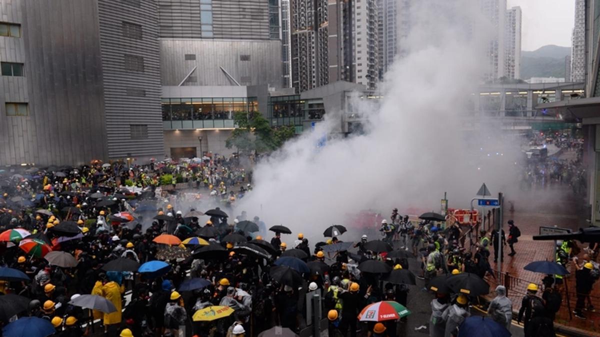 8月25日,警方不停在楊屋道發射催淚彈,但遊行人士沒有散去。(宋碧龍/大紀元)