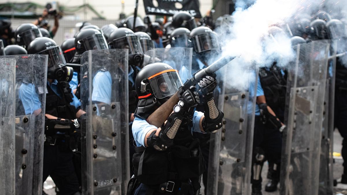 隨著警黑勾結暴力再度升級,越來越多市民敢於赤手空拳,挺身叱喝警方濫用催淚彈以及濫捕示威者。( PHILIP FONG/AFP/Getty Images)
