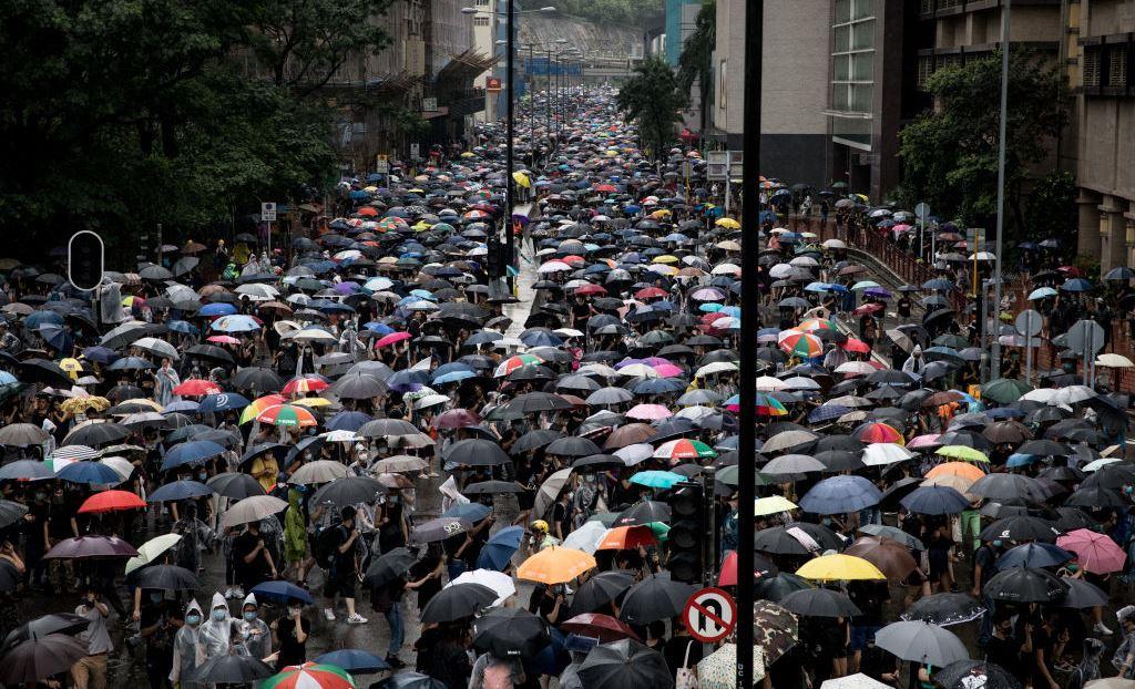 圖為香港上萬民眾8月25日在香港荃灣區舉行反政府遊行集會。(Chris McGrath/Getty Images)