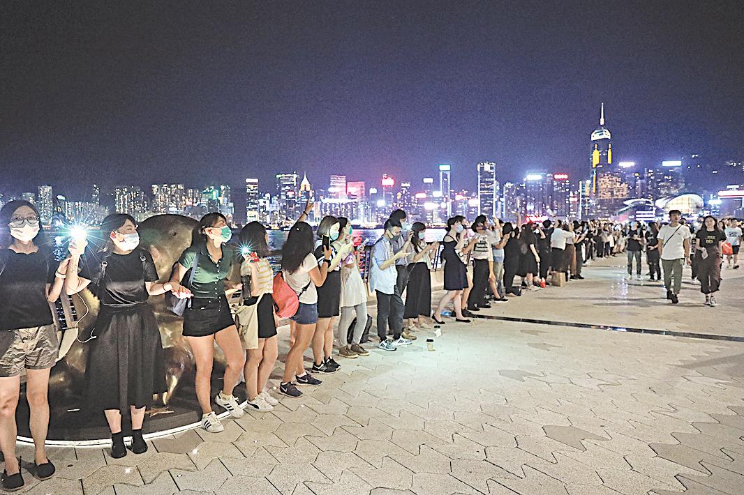 2019年8月23日,港人挺身「反送中」,「人鏈」手牽手組「香港之路」,呼籲國際社會關注。(王偉明/大紀元)