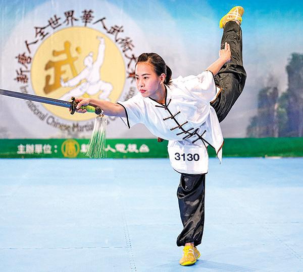 在25日美國新澤西州舉行的第六屆新唐人全世界武術大賽決賽中,台灣選手孫瑩玄以北少林的昆吾劍獲得女子器械組的金獎。圖為她在複賽中的表演。(戴兵/大紀元)