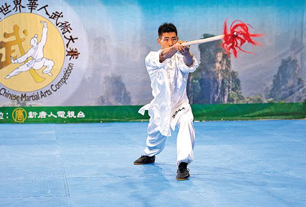 來自台灣的劉大雁獲得男子器械組金獎。圖為他在複賽中的表演。(戴兵/大紀元)
