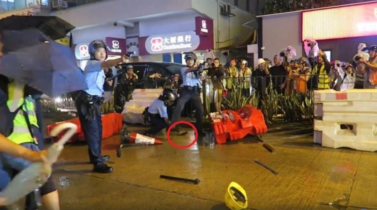 香港荃灣8.25警民衝突中,數名警員疑似為撿拾掉落的佩槍而當街拔槍指向示威人群並對天開槍。現場拍攝的影片曝光。(圖片來源:粉專「SocREC 社會記錄頻道」影片截圖)