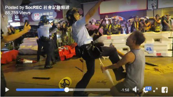 香港荃灣8.25再爆嚴重警民衝突,有警員當街開槍,並有警員將一名跪地勸阻警方開槍的男子踢倒在地。(影片截圖)