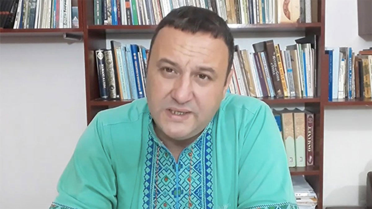 2019年8月25日,在結束中共官方安排的「新疆之行」後,阿爾巴尼亞教授和記者奧力斯‧賈孜何(Olsi Jazexhi)發佈影片揭秘「集中營」。(奧力斯‧賈孜何影片截圖)