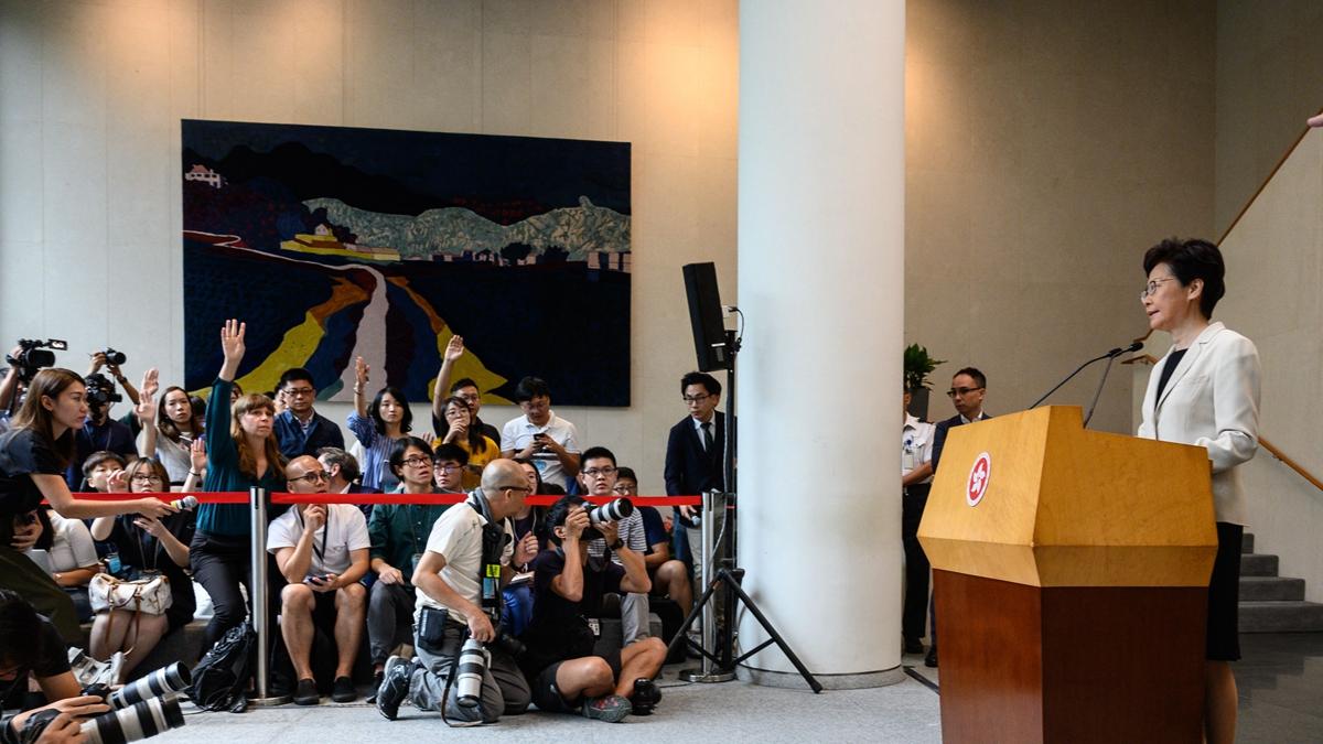8月27日,香港特首林鄭月娥行政會議前召開記者會,誣陷示威者襲警,並駁回「成立獨立調查委員會」訴求。卻絕口不提港警暴力升級。(PHILIP FONG/AFP/Getty Images)