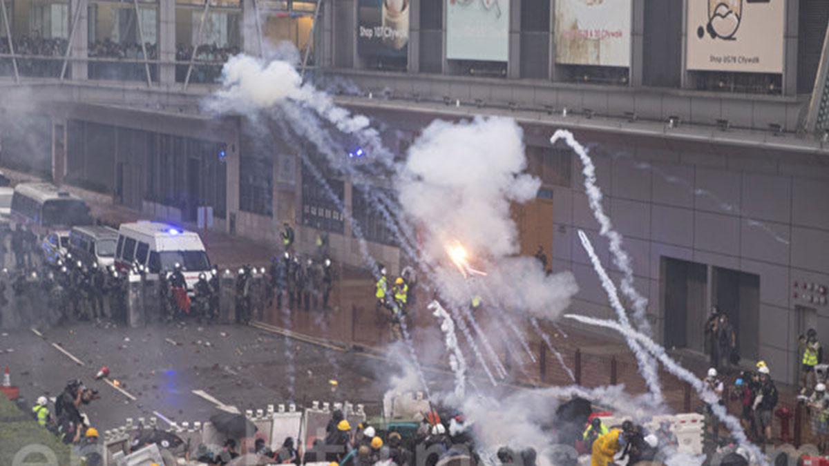 2019年8月25日,警方不停在荃灣如心廣場的楊屋道頻繁發射催淚彈。(大紀元)