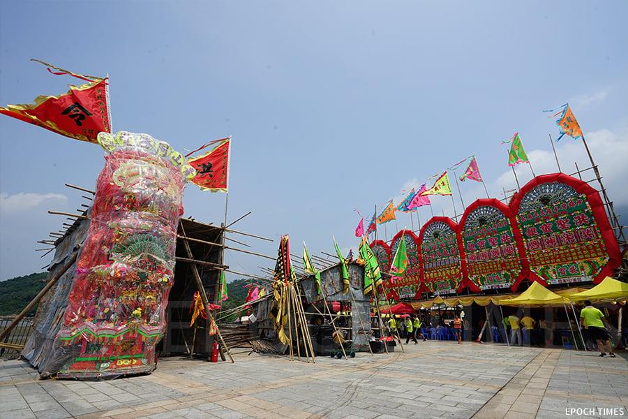 每年黃曆七月期間,都是沙螺灣村舉辦洪聖誕的日子,在村公所旁的廣場搭建大戲棚,公演四日三夜粵劇。(曾蓮/大紀元)