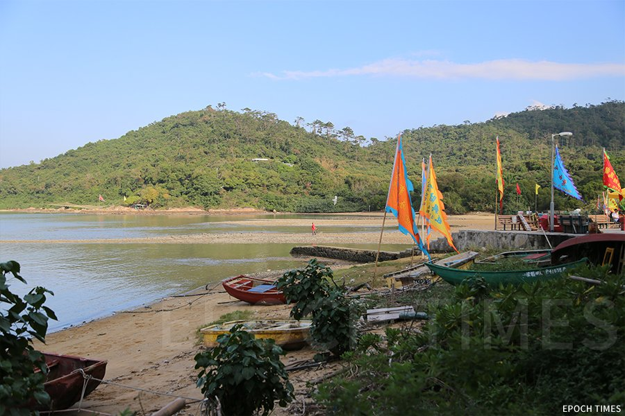 今年英國藝術家Sue Hill和Pete Hill將在海灘附近就地取材做一條以「龍」為主題的藝術裝置。(曾蓮/大紀元)