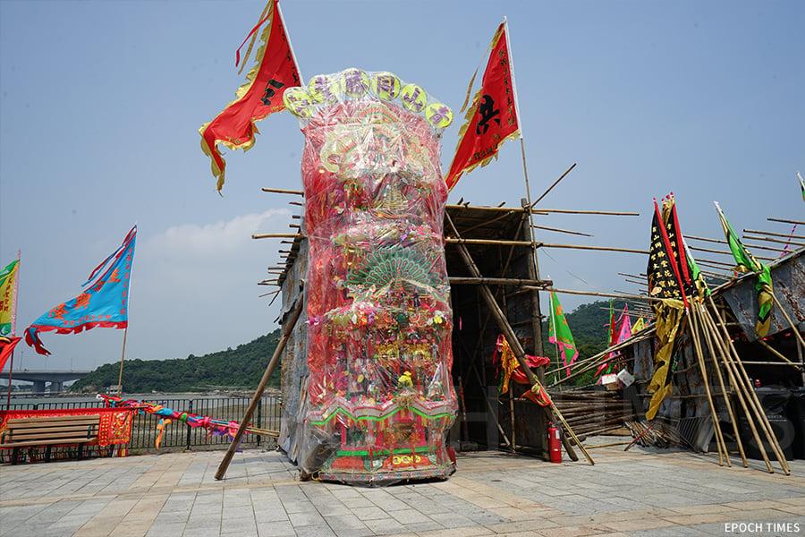 青山同勝堂花炮會賀誕的巨型花炮,約二十五呎高。(曾蓮/大紀元)