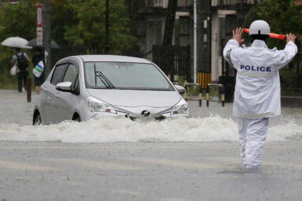 佐賀縣若干地區降雨量每小時超過100毫米。圖為道路淹水成河。(JIJI PRESS/AFP/Getty Images)