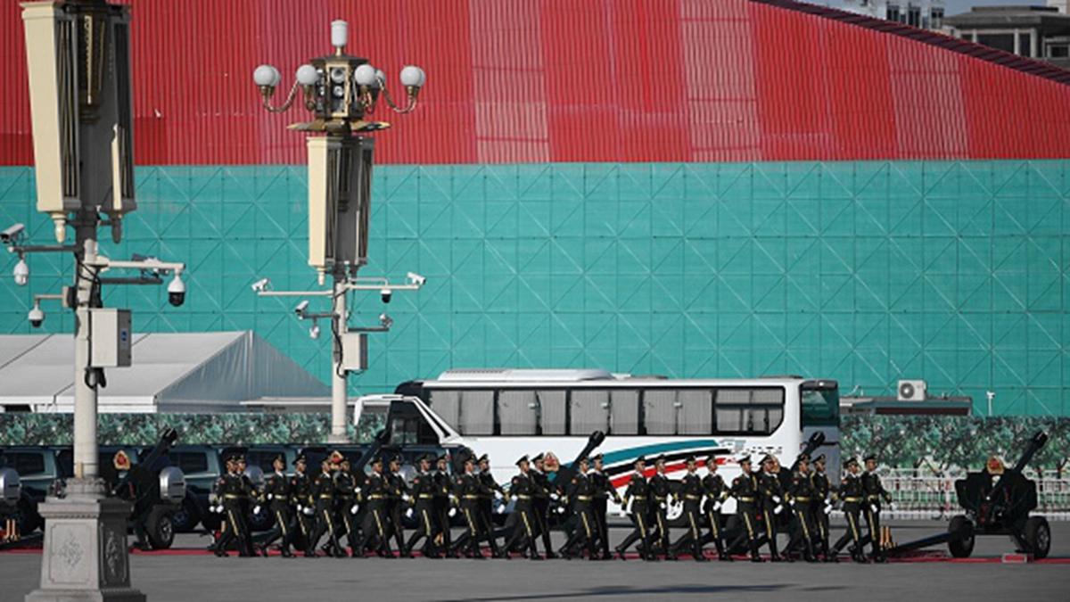 中共士兵走過北京天安門廣場前的建築。(GREG BAKER/AFP/Getty Images)