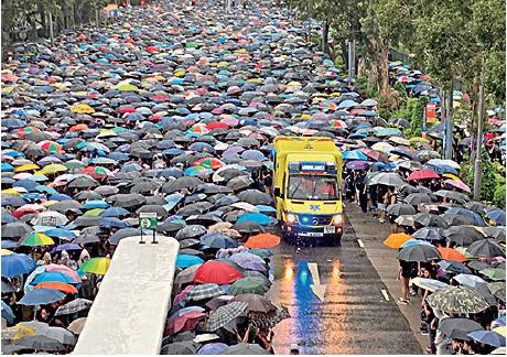 8月18日,170萬人參與流水式集會秩序井然,救護車通行無阻。(大紀元資料圖片)