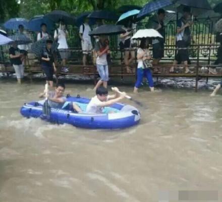 近日大陸南方持續暴雨,長江沿岸多城被淹,江蘇安徽河流全線超警戒。圖為湖北武漢暴雨場景。(網絡圖片)