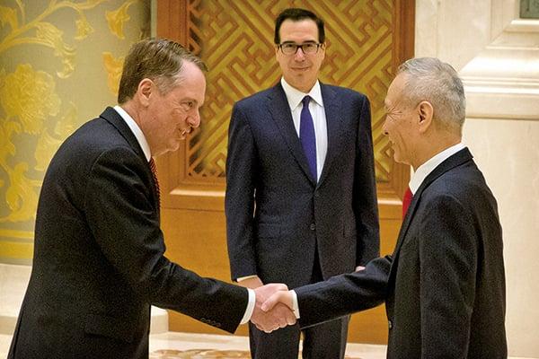 2月14日,美國貿易代表萊特希澤(左起)、財長姆努欽和中共副總理劉鶴在北京會談前合照。(MARK SCHIEFELBEIN/AFP)