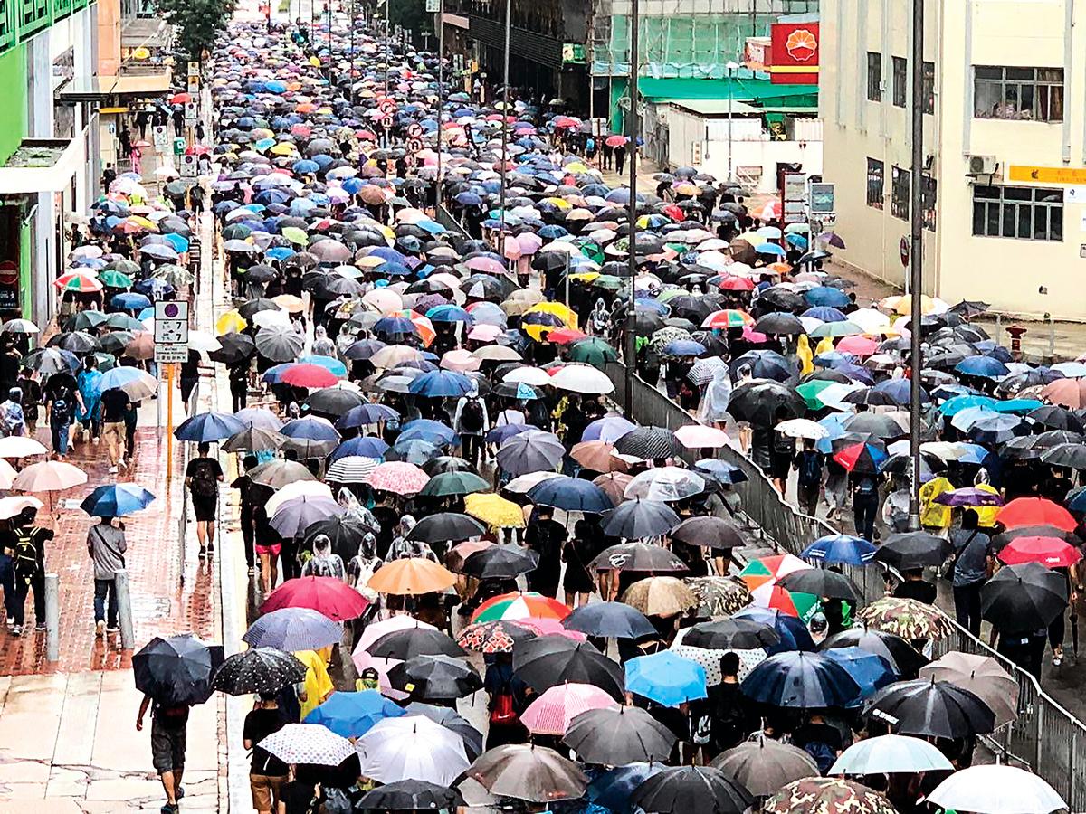8月25日,楊屋道兩個方向的行車線都是遊行人士。(駱亞/大紀元)