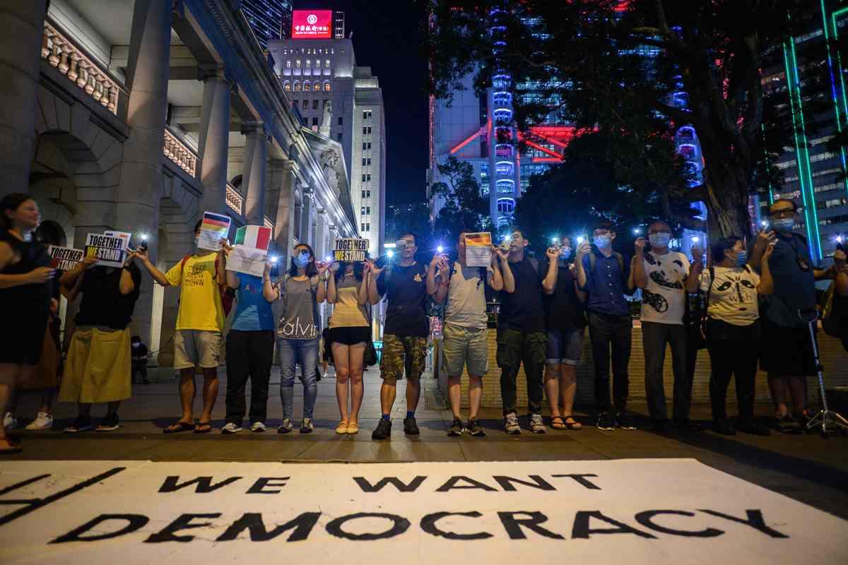 上周五(23日)舉行的「香港之路」(The Hong Kong Way)有超過21萬人參與,手牽手組成長達60公里的民主之路。(ANTHONY WALLACE/AFP/Getty Images))
