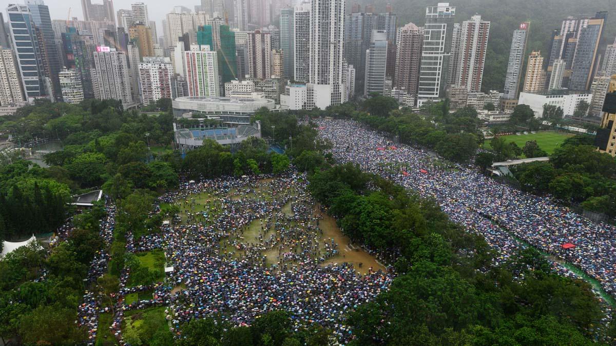 民陣組織的8·18維園170萬人集會,秩序井然再現「摩西分海」(PHILIP FONG/AFP/Getty Images)