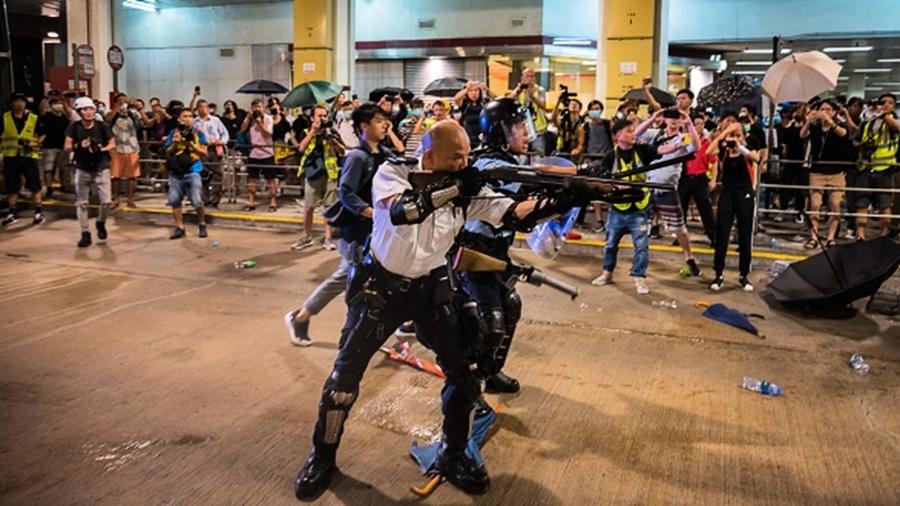 曾持長槍瞄準示威民眾 港光頭警長成中共嘉賓