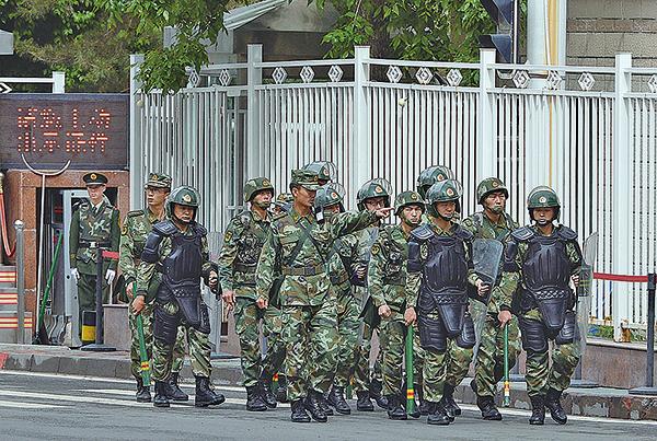 中共被指安排香港警隊高層前往新疆學習鎮壓民間的維穩手法。圖為中共鎮壓民眾的警隊。(Getty Images)