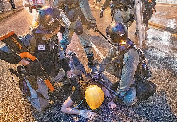 圖為防暴警察8月25日在荃灣拘捕反送中示威市民。(大紀元資料圖片)